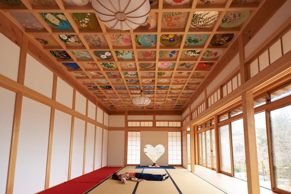 ハートの窓とカラフルな天井画♡